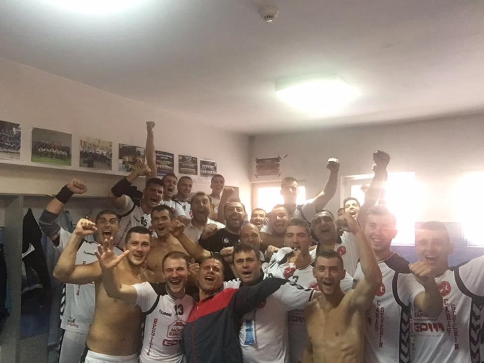 Bucuria din vestiar (Foto: Facebook Handbal Club Adrian Petrea)