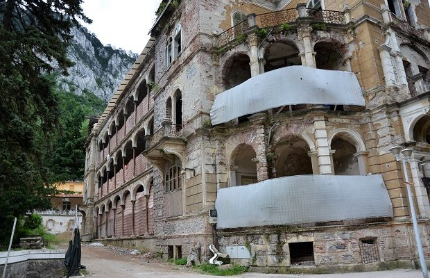 După ce a fost luat cu japca, Hotelul Traian din Băile Herculane e vândut cu 1,4 milioane de euro!